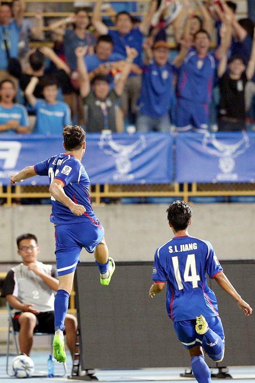 中華隊朱恩樂(左)頭槌進球後,躍起振臂慶賀。 圖/聯合報系資料照