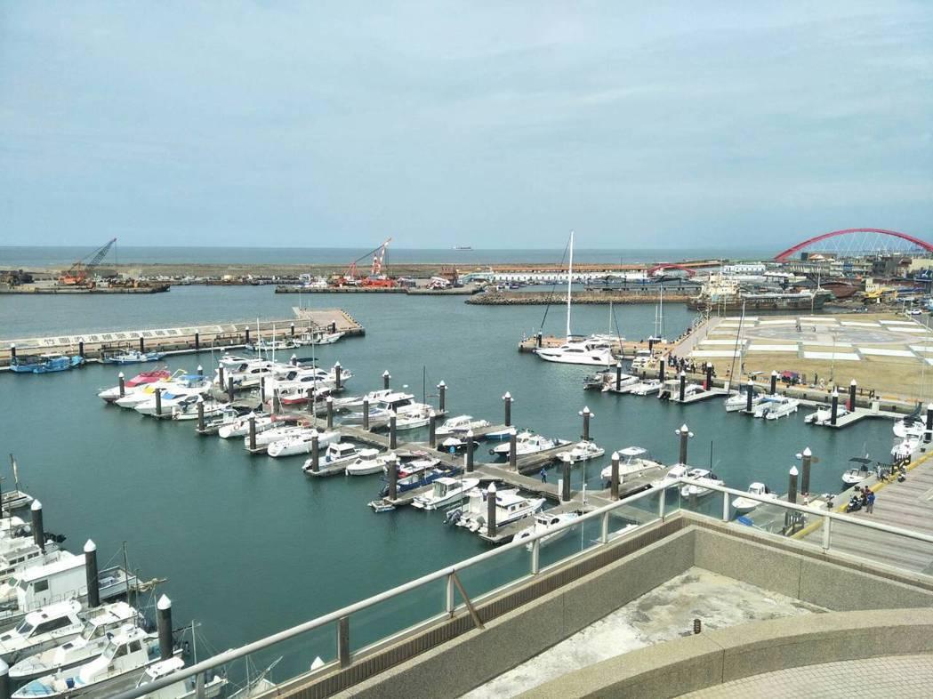 「航空港360度景觀旋轉餐廳」,從餐廳往外可觀賞竹圍漁港海天一色景觀。 記者曾增...