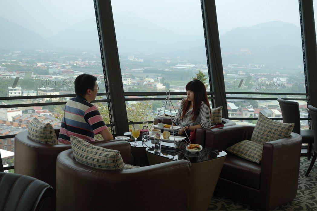 坐在「16H旋轉餐廳」裡,就能將埔里市區聚落風光盡收眼底,偶爾能見飛行傘凌空翱翔...