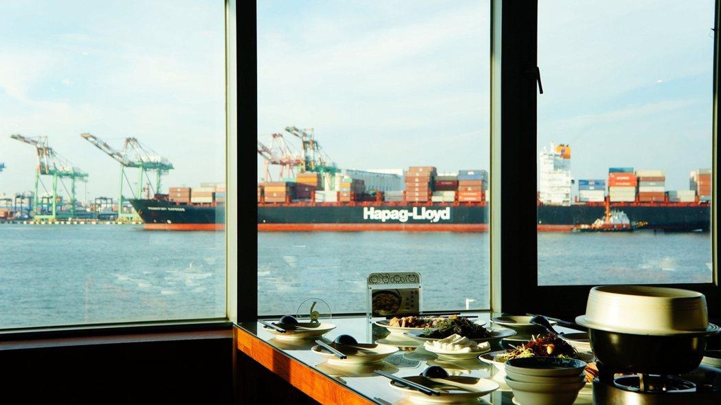 「高字塔旋轉餐廳」維持以80分鐘旋轉一圈,可以在最近距離觀賞各式洲際貨櫃巨輪「大...