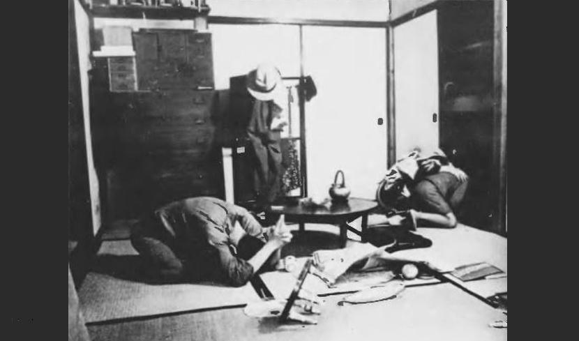 蹲低抱頭:1938年《寫真週報》第29期示範如何在空襲時保護自己。 圖/日本國立...