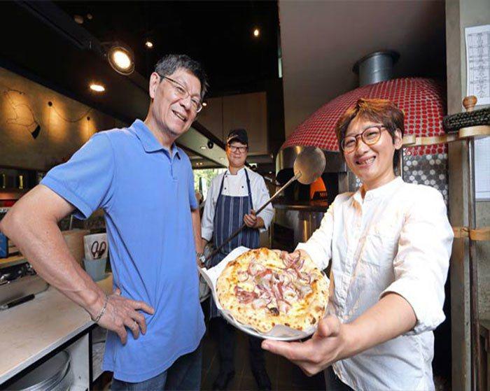 李明元(左)是客意披薩背後的支持者,離開大企業後的一年,他陸續參與了許多結合新科...