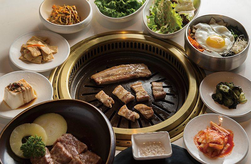 CAB安格斯無骨牛小排、伊比利豬五花是店內人氣餐點,用餐時另附上多樣道地韓式小菜...
