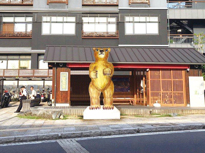 代表了現代日本的雕刻家三澤厚彥將製作高3公尺、重1.5噸的巨大熊雕像於街中,營造...