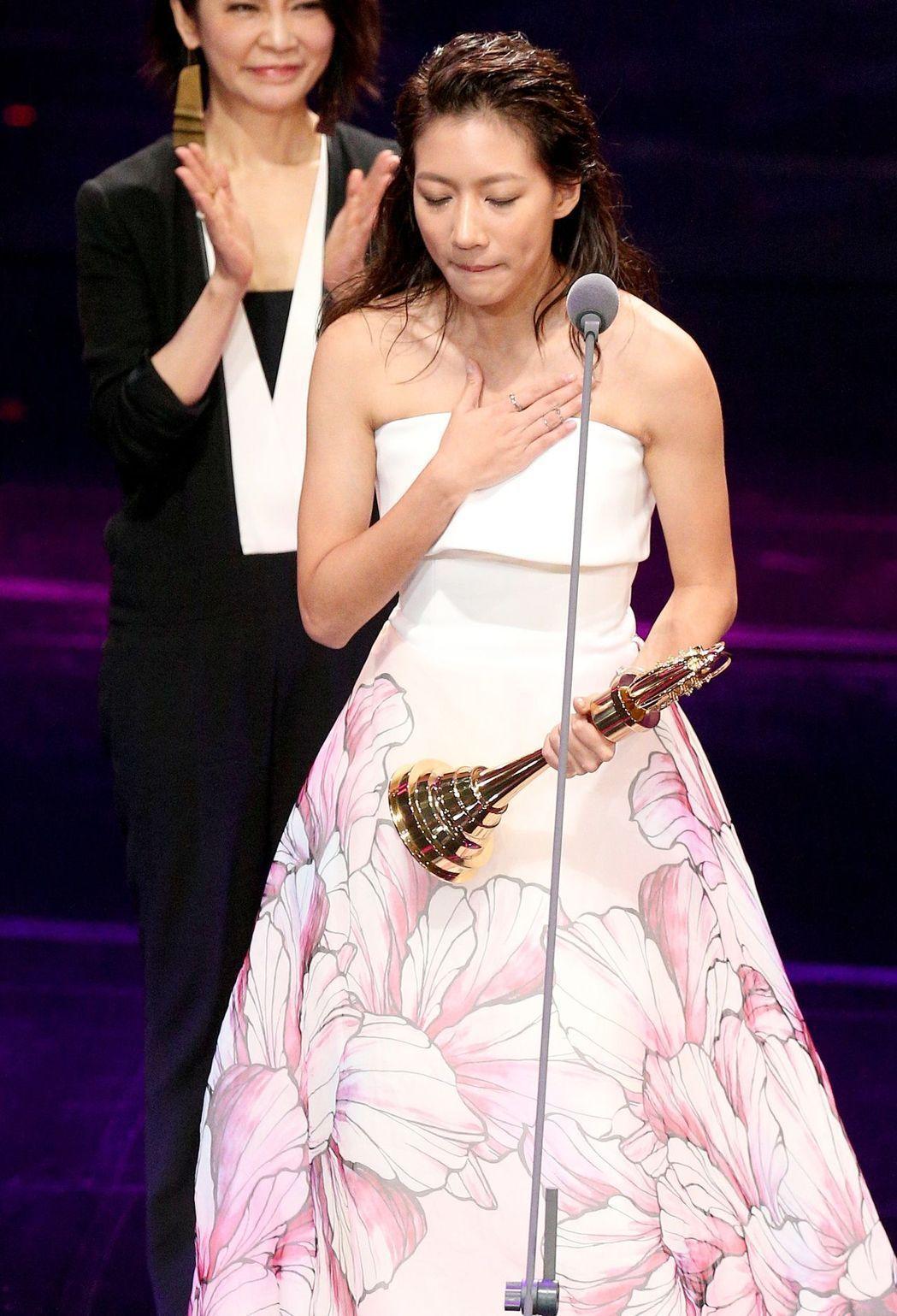 陳妤以「戀愛沙塵暴」拿下新人獎時情緒激動。記者林伯東/攝影