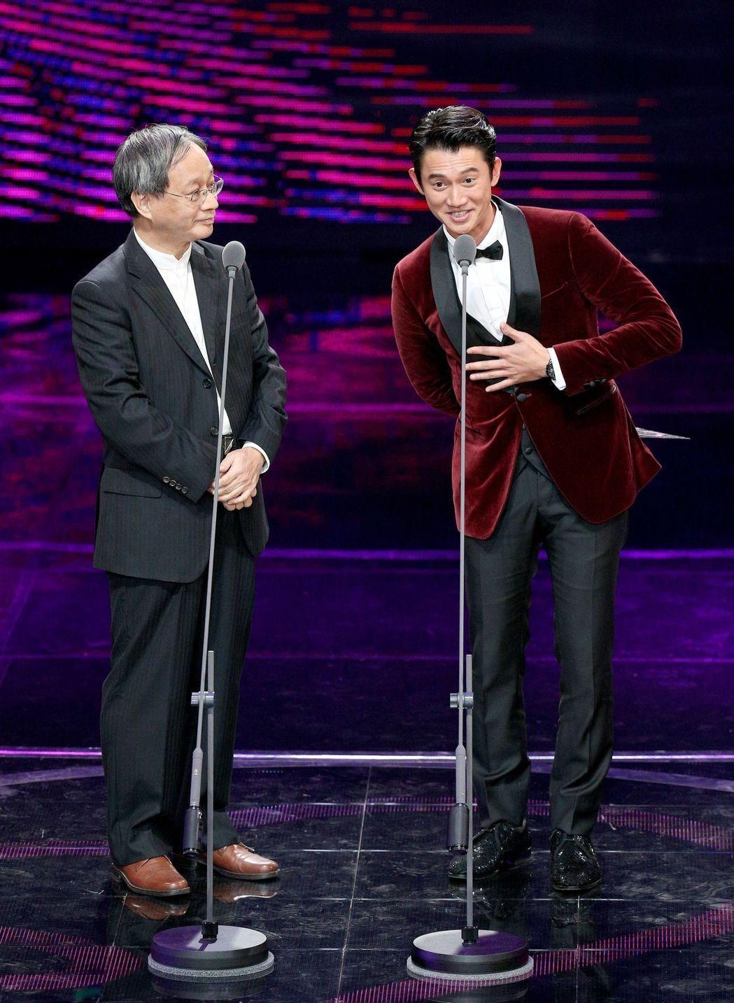 吳慷仁(右)頒獎時,一席話正中台灣電視圈癥結點。記者林伯東/攝影