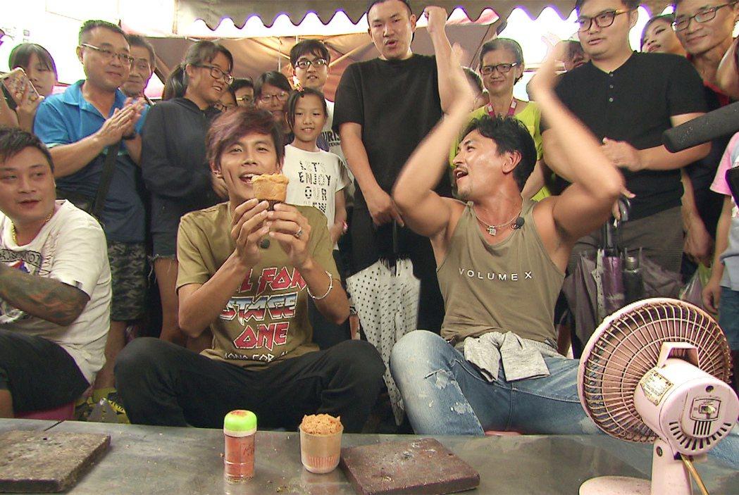 阿翔、夢多做膨糖。圖/TVBS提供