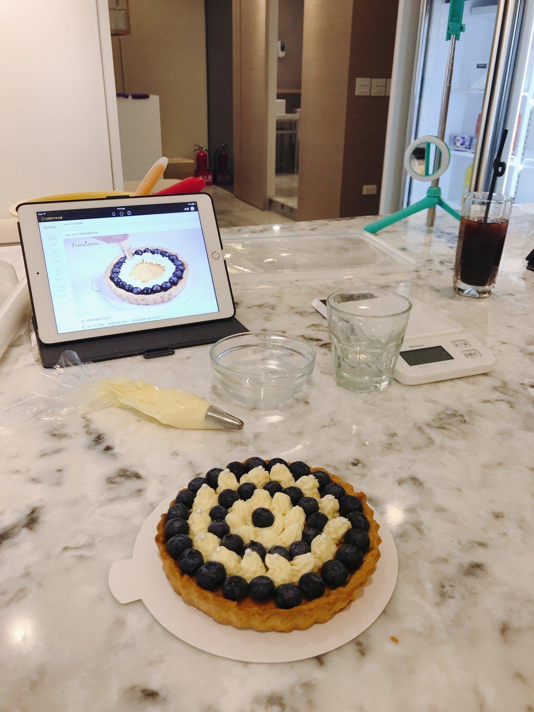 張洛偍靠食譜就能做出好吃好看的藍莓派。圖/周子娛樂提供