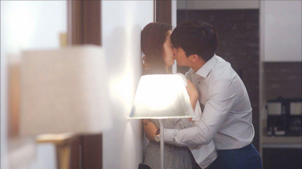 韓劇「1%的可能性」男女主角吻不停。圖/東森戲劇台提供