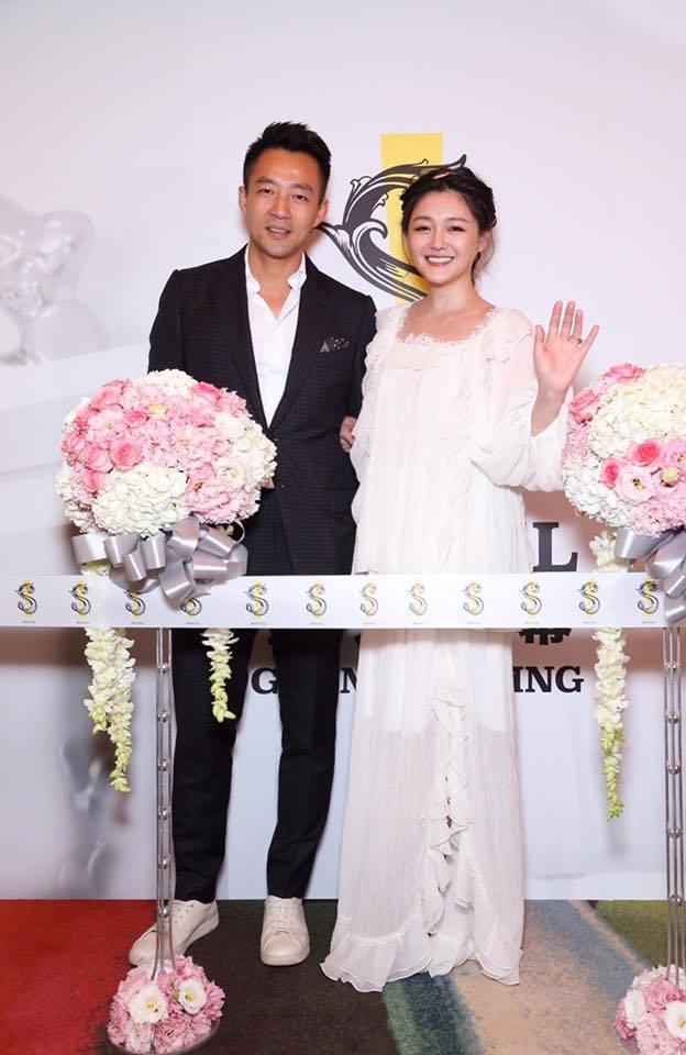S HOTEL開幕時,汪小菲(左起)、大S開心剪綵。圖/大S臉書