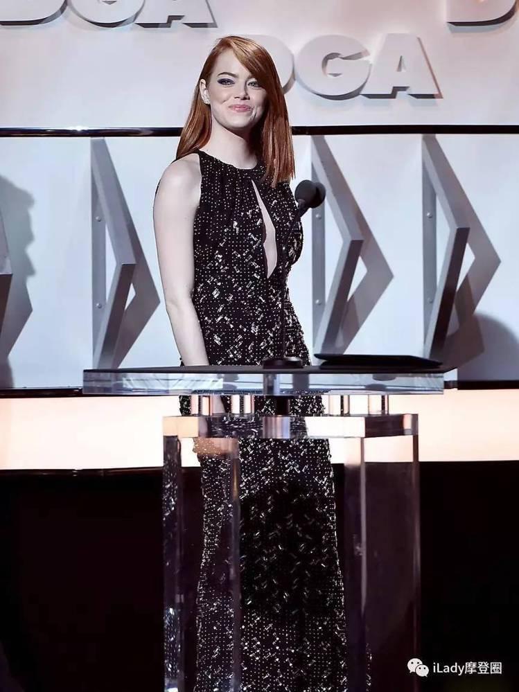 艾瑪史東在今年的美國導演工會獎典禮上穿路易威登禮服。圖/取自微信