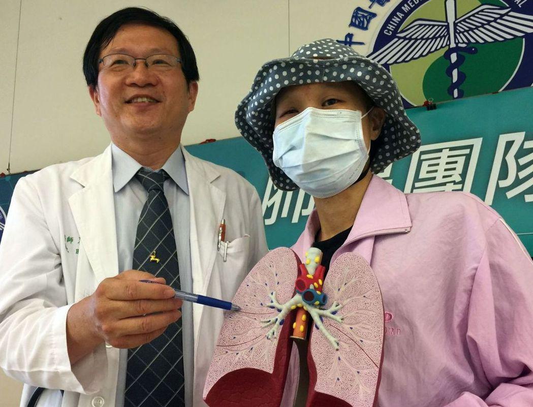 蔡姓癌末病患(右)現身說法,建議癌症病患不要急著放棄,配合醫師治療,一樣可以樂觀...