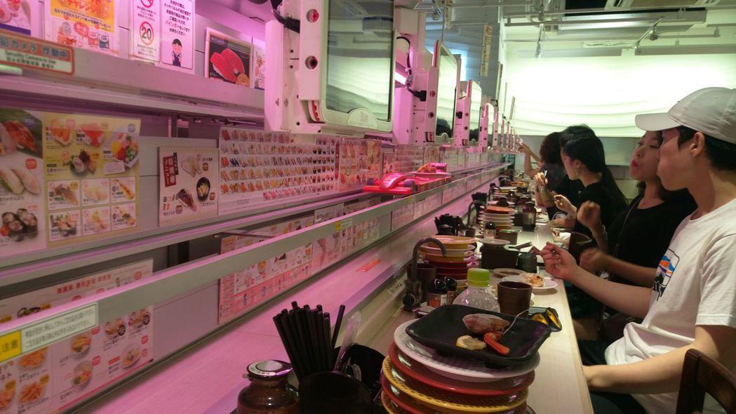 迴轉壽司店現在流行以超跑模型送餐,但有消費者沒經驗,又將吃過的餐盤放在超跑上送回...