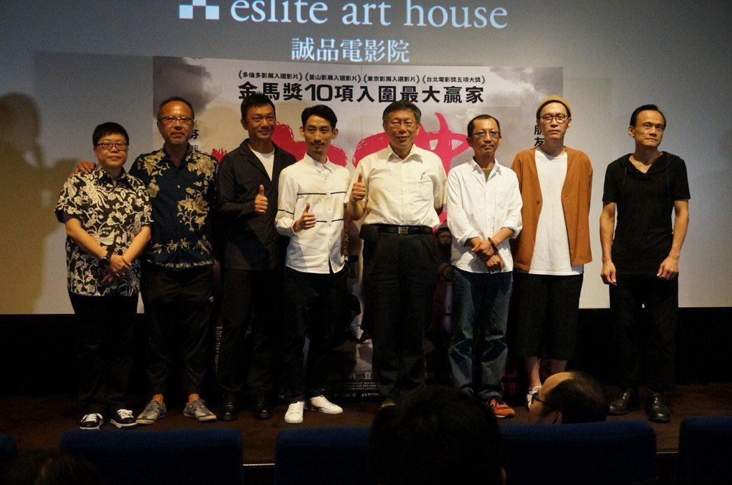 「大佛普拉斯」主創與台北市長柯文哲(左五)。圖/甲上提供