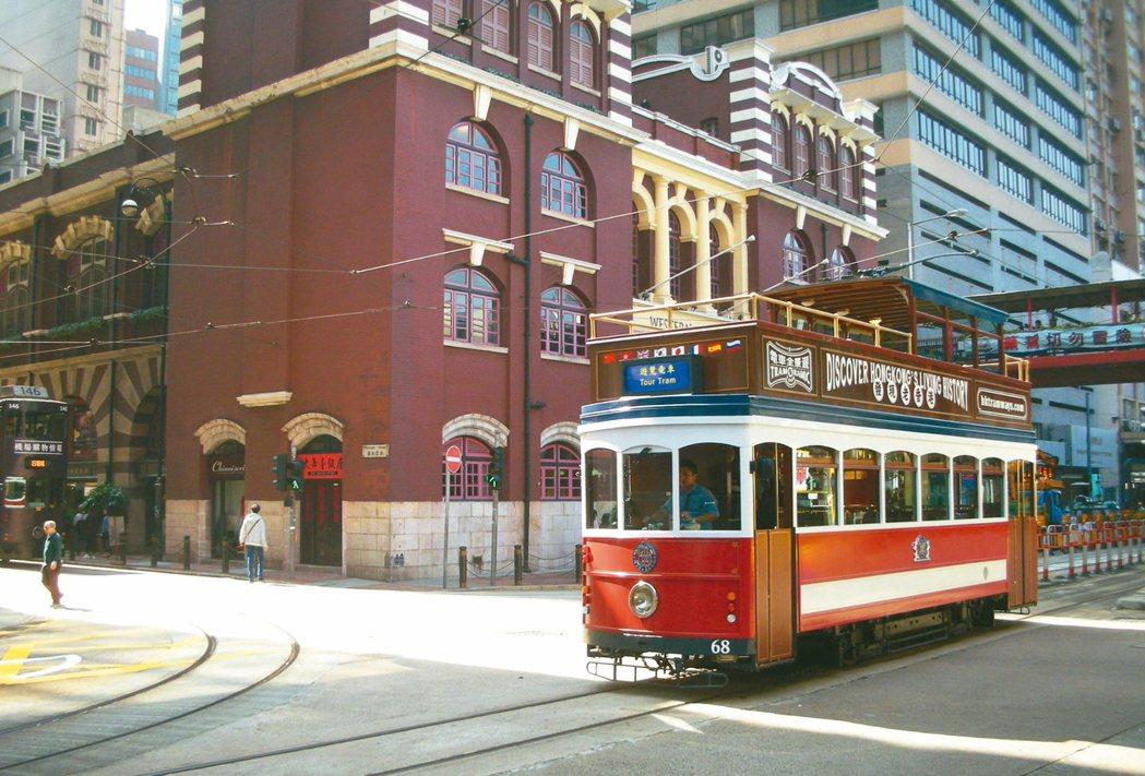香港超過百年叮叮車是最適合員工旅遊的體驗,可參加電車全景遊,讓員工包車開趴,欣賞...