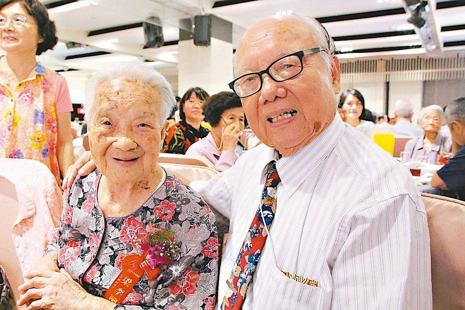 彰化最年長人瑞梁李險有108歲(左2),兒孫滿堂相當幸福。 記者林敬家/攝影
