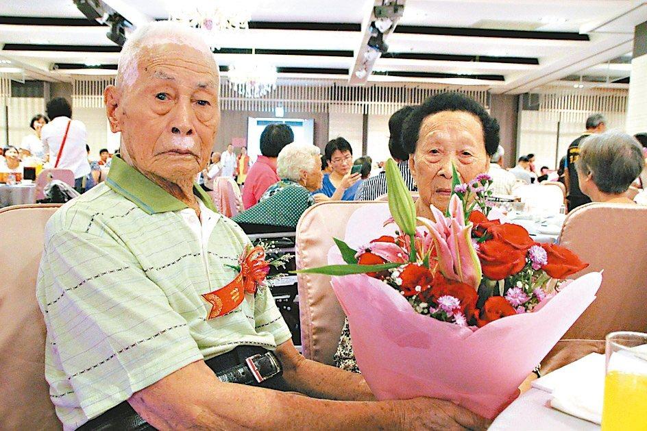 埔鹽鄉100歲劉律(左)與98歲劉梁阿卷結婚80年。 記者林敬家/攝影