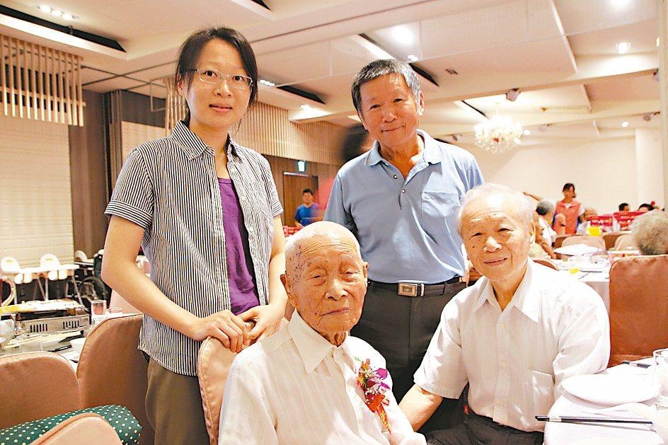 田尾鄉103歲人瑞林庚寅(前左)平時吃羊肉、豬腳溫補身體。 記者林敬家/攝影