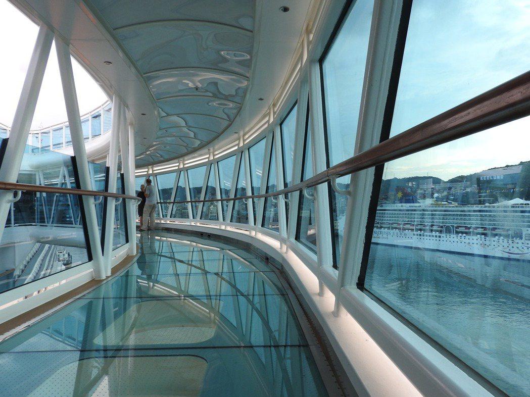 郵輪上體驗各種新奇設施,像是用玻璃搭建的空中步道,走在上面猶如海面上行走。記者魏...