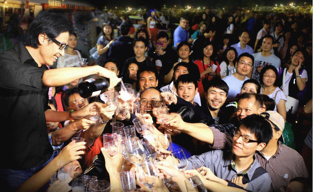 香港美酒佳餚巡禮可一次品嘗國際名廚準備的美酒、美食,從岸上嗨到郵輪,盡興又開心。...