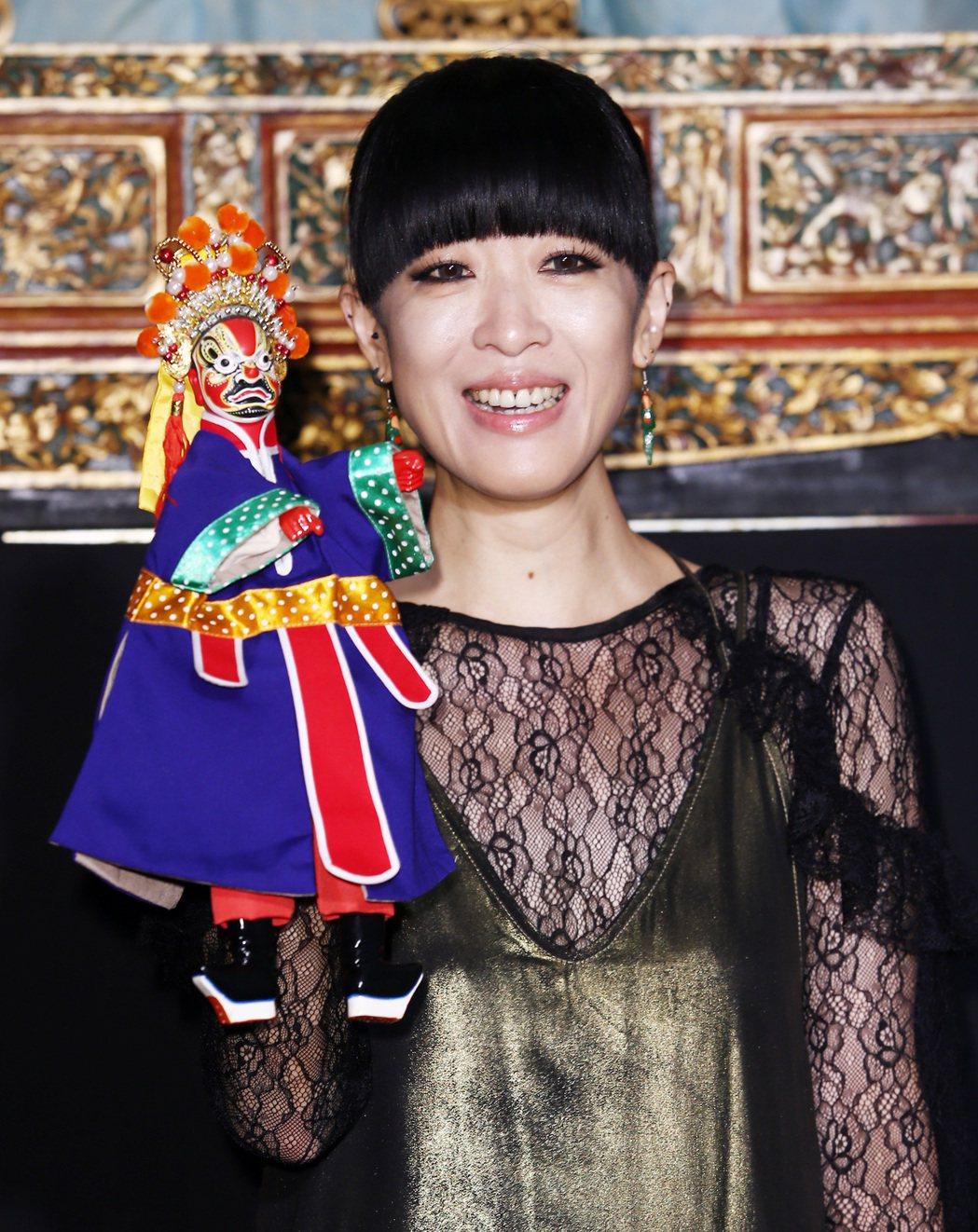 10月份hito大台柱陳珊妮在「台原亞洲偶戲博物館」舉行記者會為新專輯《戰神伊卡...