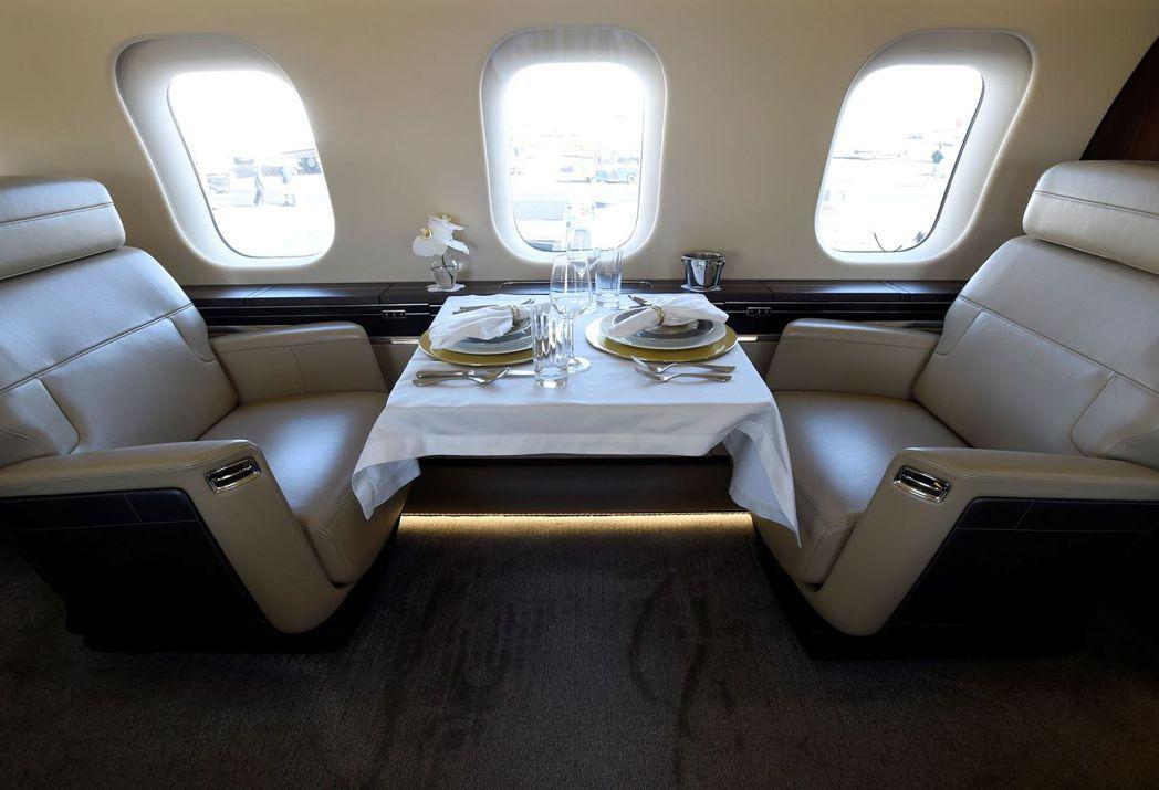 龐巴迪「環球7000」客艙及餐桌,加大的窗戶讓空間更顯寬敞。 (路透)
