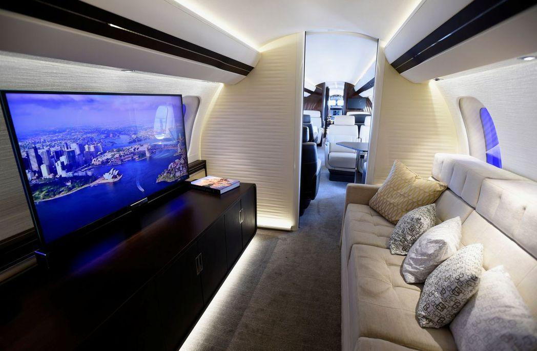 龐巴迪「環球7000」娛樂艙有大螢幕電視和沙發。 (路透)