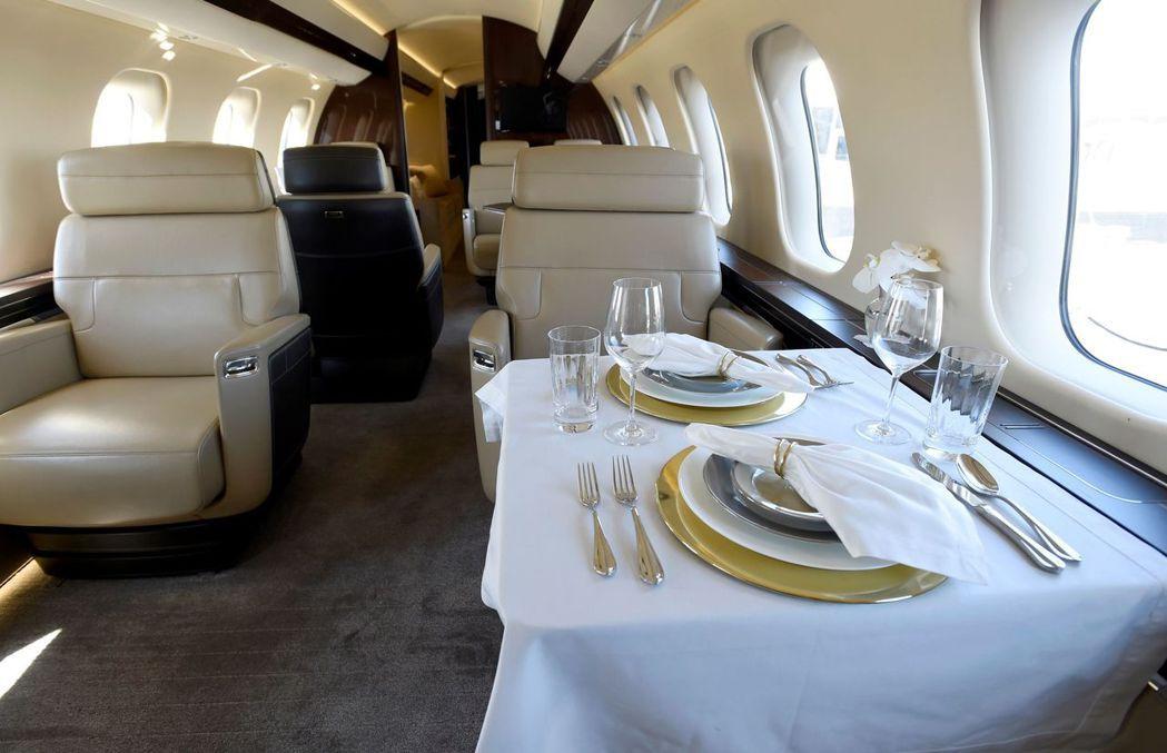 龐巴迪「環球7000」客艙及餐桌,窗戶加大,更多自然光照進艙內,更顯明亮。 (路...
