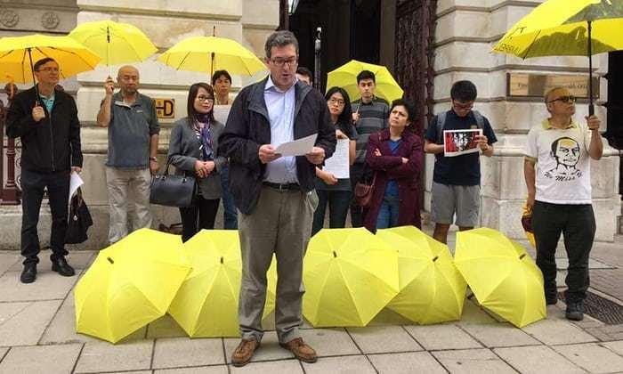 英國保守黨人權委員會副主席羅傑斯,今年8月曾於倫敦抗議雙學三子被判囚。(取材自英...