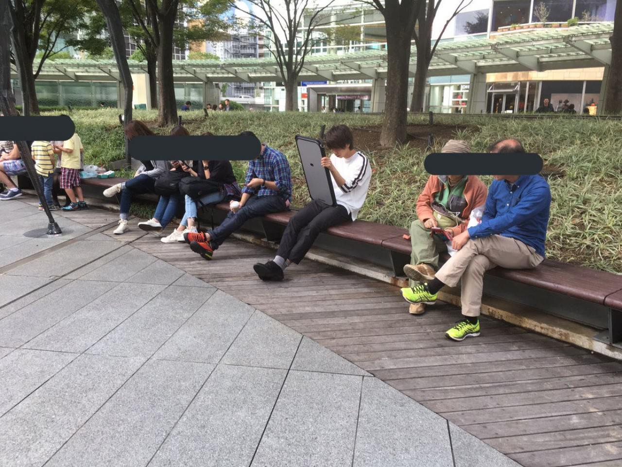 Hajime帶手機到公園使用。(取材自推特)