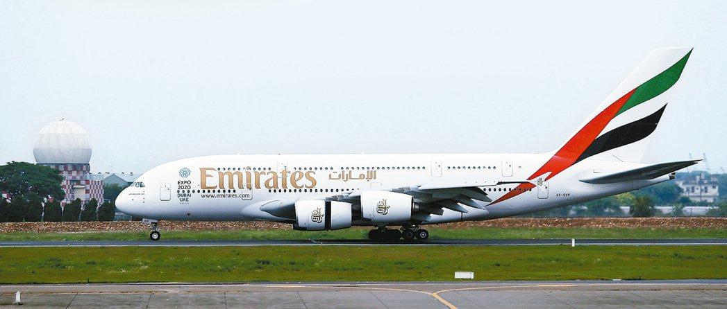 台灣7歲女童昨天與家人搭乘阿聯酋航空從杜拜轉飛往德國,在機上發高燒,班機緊急降落...