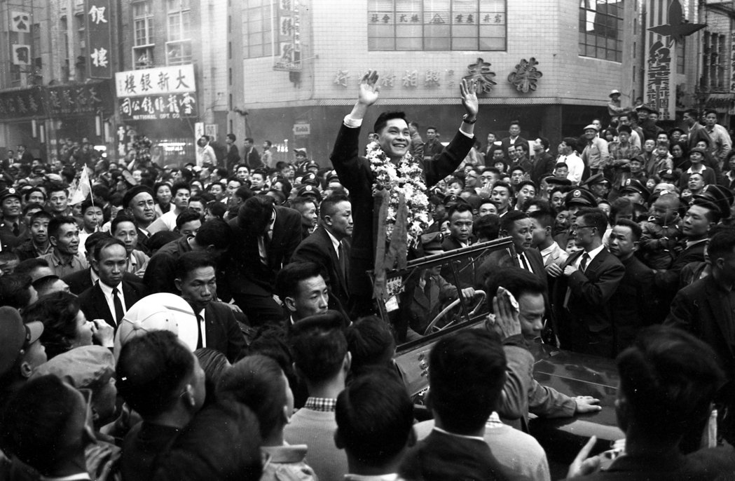 1962年投誠的中共空軍少尉劉承司,自總統府前廣場乘車出發,沿途受到五萬餘名各界...