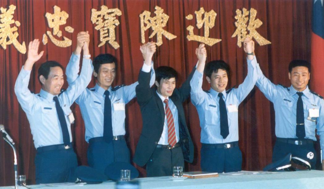 駕機投奔自由成功的吳榮根(右二)、孫天勤(左一)、王學誠(右一)、蕭天潤(左二)...