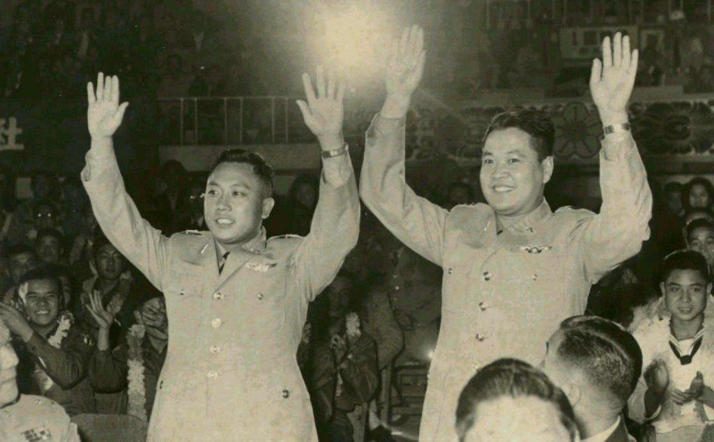 李顯斌和李才旺(左)。 報系資料照