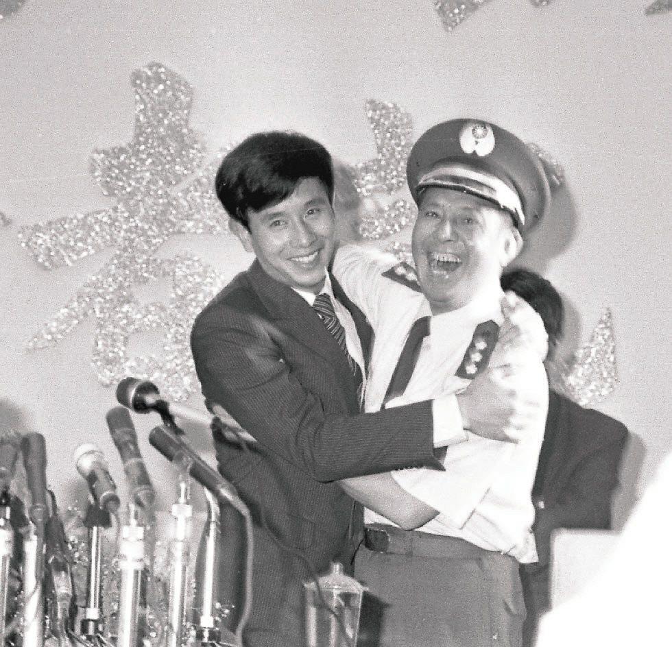 飛抵南韓投奔自由的中共空軍飛行員吳榮根(左),兩周後抵達台灣,與范園焱擁抱。 報...