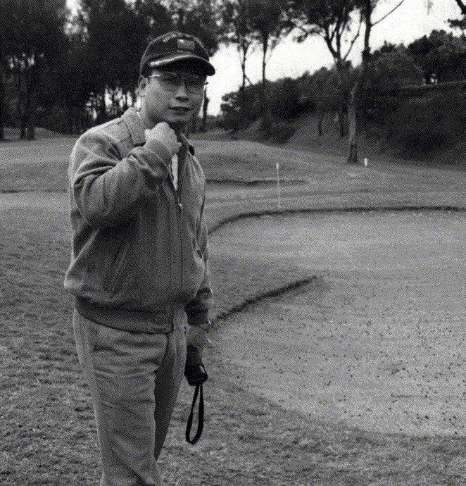 王學誠到淡水球場觀賞高爾夫球賽,並客串「攝影記者」。 報系資料照