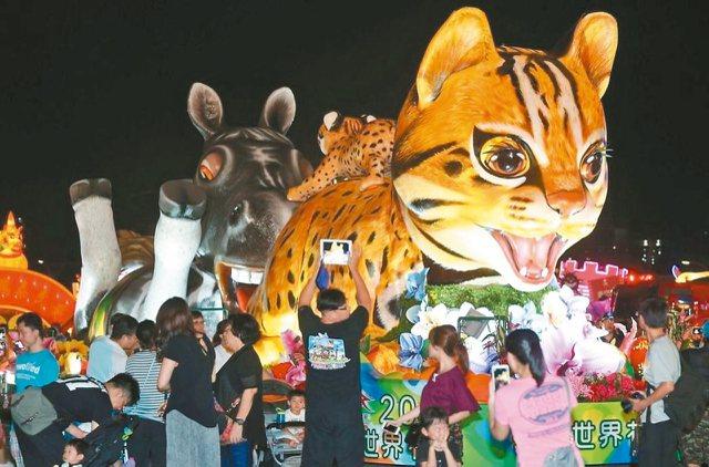石虎花車用造型精緻可愛的動物,傳遞台中花博主題。