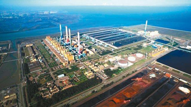 從高空鳥瞰台中火力發電廠和大煙囟。