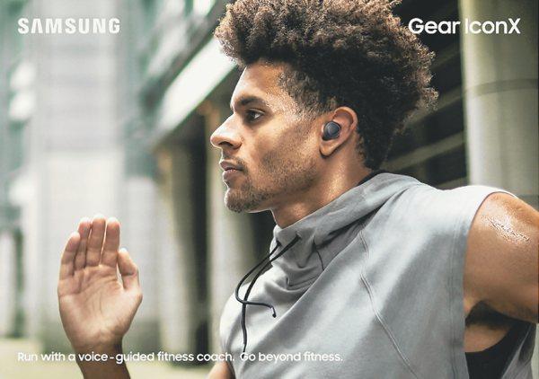 新一代Samsung Gear IconX無線運動藍牙耳機可直接播放儲存在裝置內的音樂,或透過第三方應用程式串流播放。