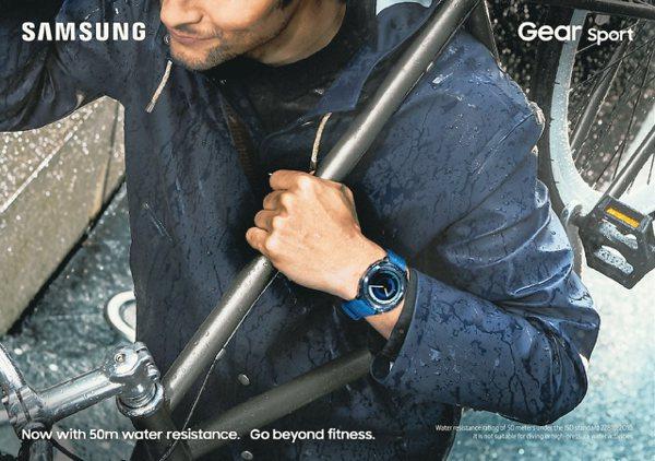 Samsung Gear Sport智慧手表具備5ATM防水功能,並經過MIL-STD-810G美軍等級高規格測試。