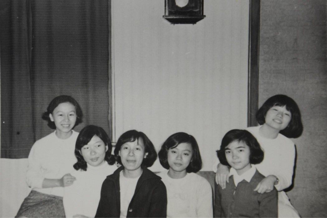 1970年台大數學系女同學們,左一張聖容、右一金芳蓉、右二李文卿。圖/製片王慰慈...