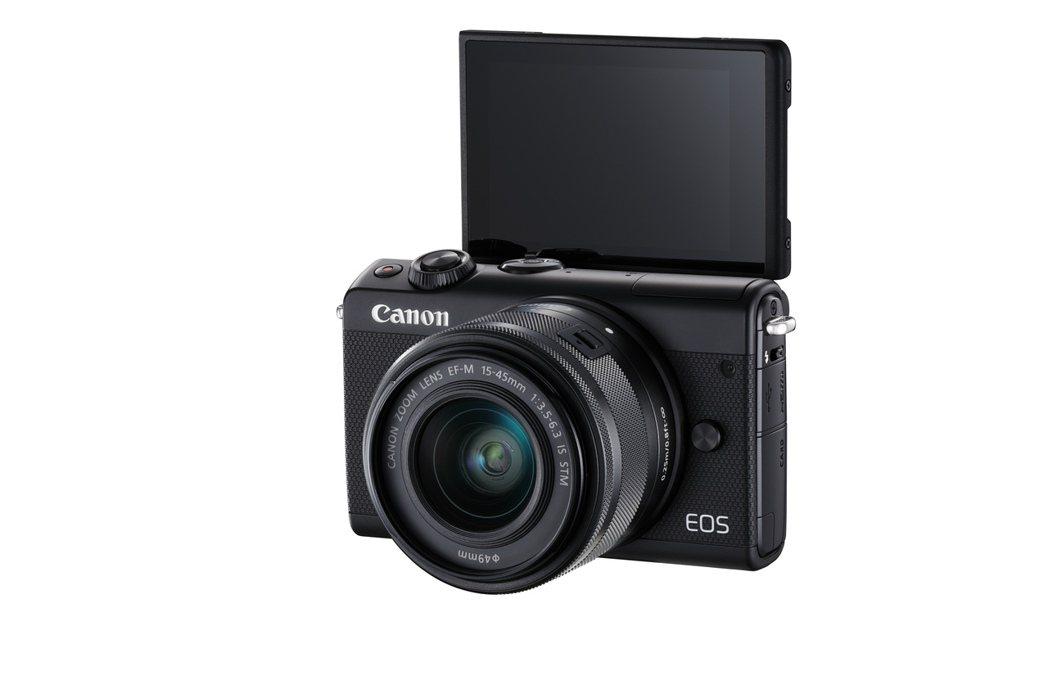 EOS M100導入可翻轉螢幕,並具備美肌等自拍功能,不只適合女性,也能成為Yo...