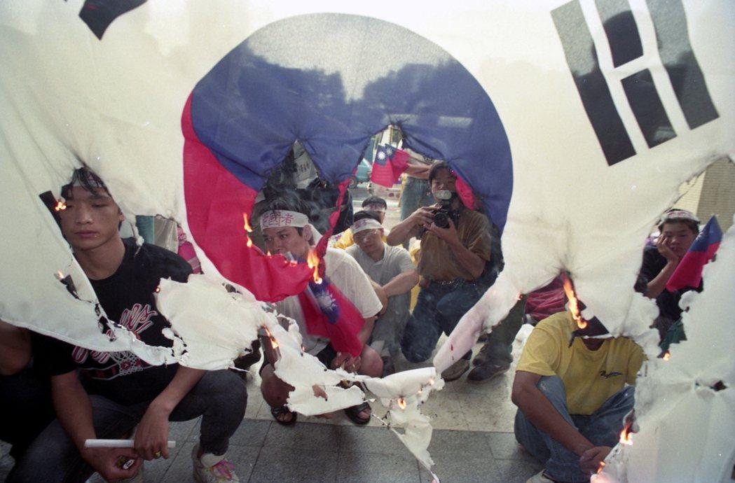 1992年8月22日,與中共建交後的南韓,旋即與中華民國宣布斷交;當日多名義憤填...