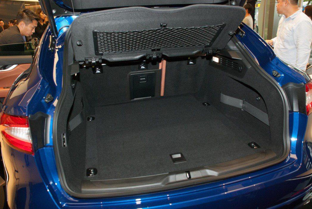 行李箱空間為580公升。記者林昱丞/攝影