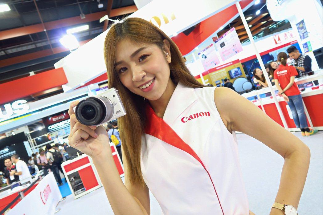 看好女性影音編輯市場需求激增,Canon特於攝影展推出新品EOS M100。 彭...