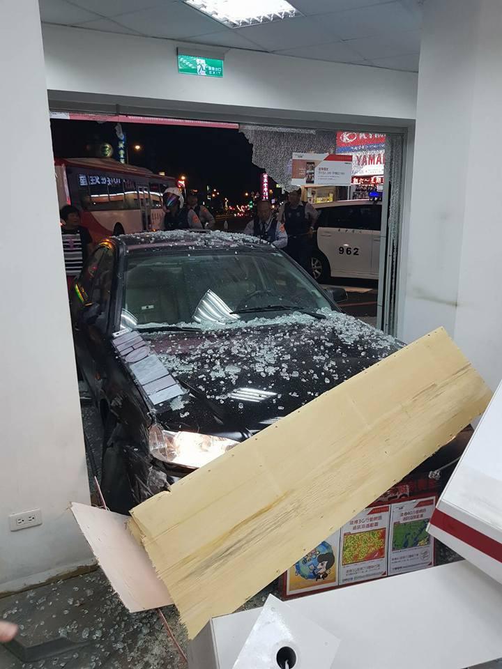 桃園10日晚間,多次酒駕的62歲男子開車撞進八德區介壽路2段路旁的通訊行。 圖擷...