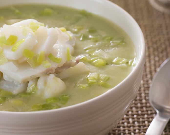一名男大生和友人到高雄旗津海產街吃海鮮,結帳時才發現點的魚湯竟要價600元。示意...