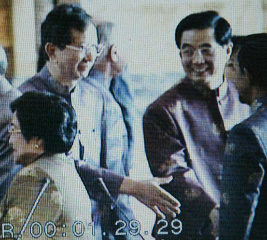 2003年,李遠哲(左)擔任我方特使,他主動向中共國家主席胡錦濤(右)握手。 記...