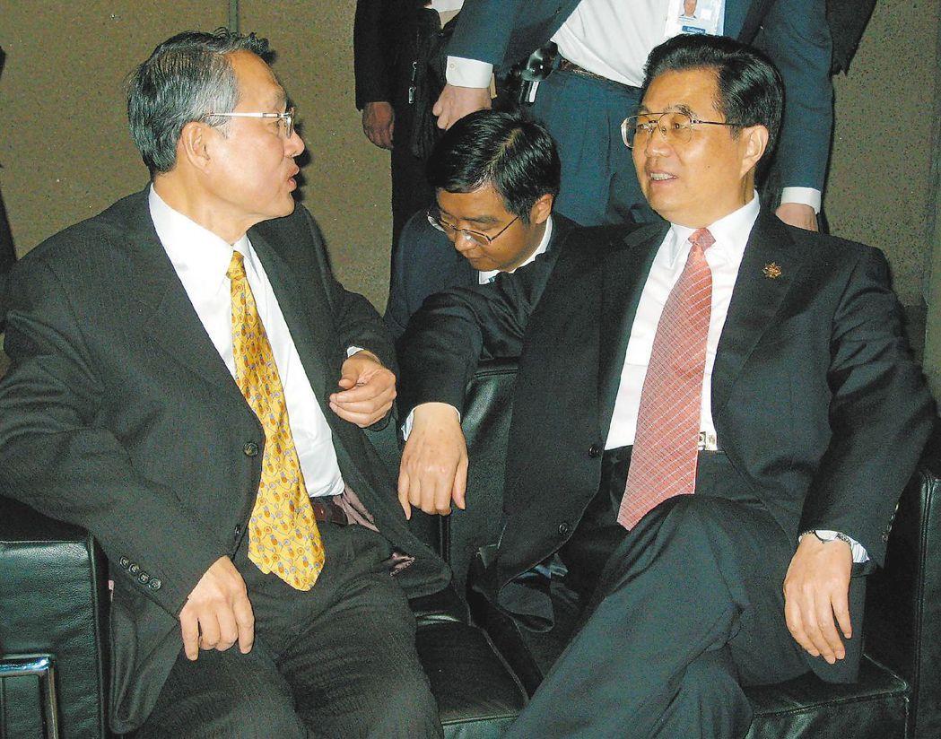 2007年,宏碁集團創辦人施振榮(左),代表台灣出席APEC,他和中共國家主席胡...