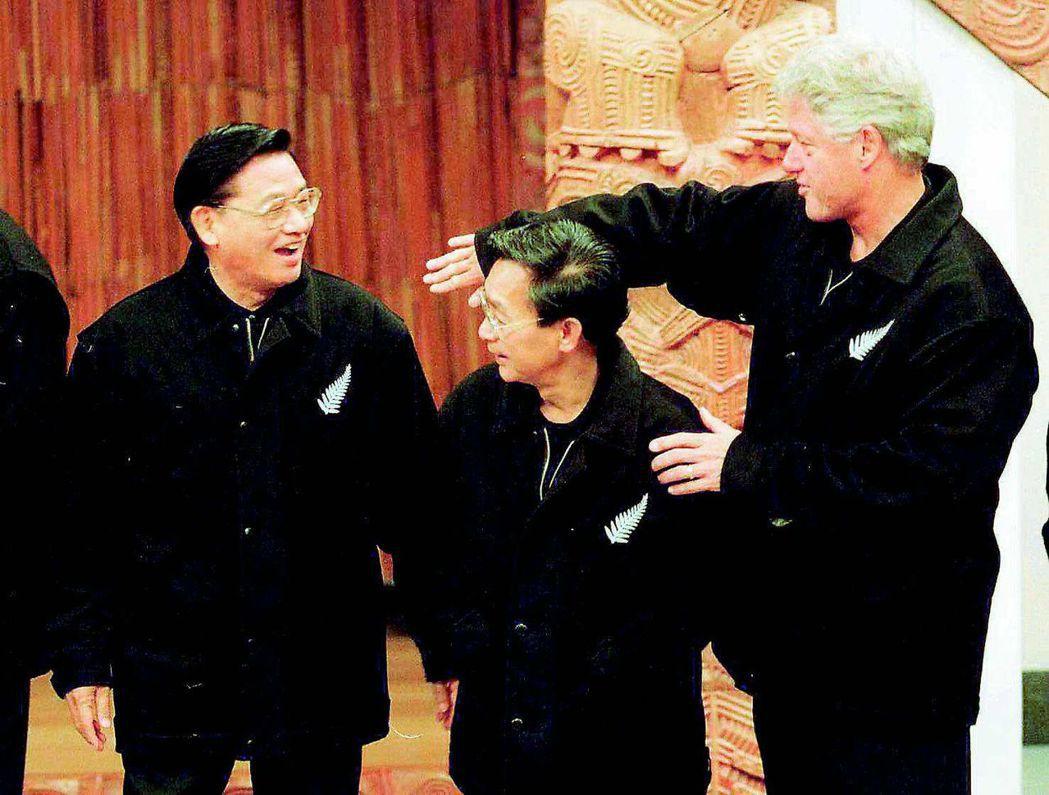 1999年,我方代表江丙坤(左)與各國領袖合影時,被美國總統柯林頓(右)逗得大笑...